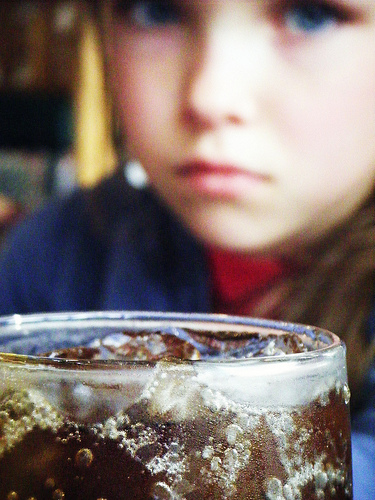 Sugar warning labels on drinks significantly reduce the odds that a teen will reach for that sodapop, according to new research.