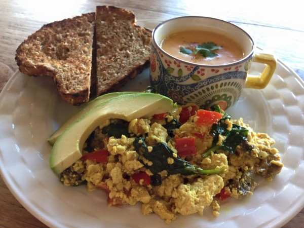 Finding vegan breakfast in Honolulu has never been easier! Check out our list of vegan brunch and vegan breakfast options for my beloved city by the sea.